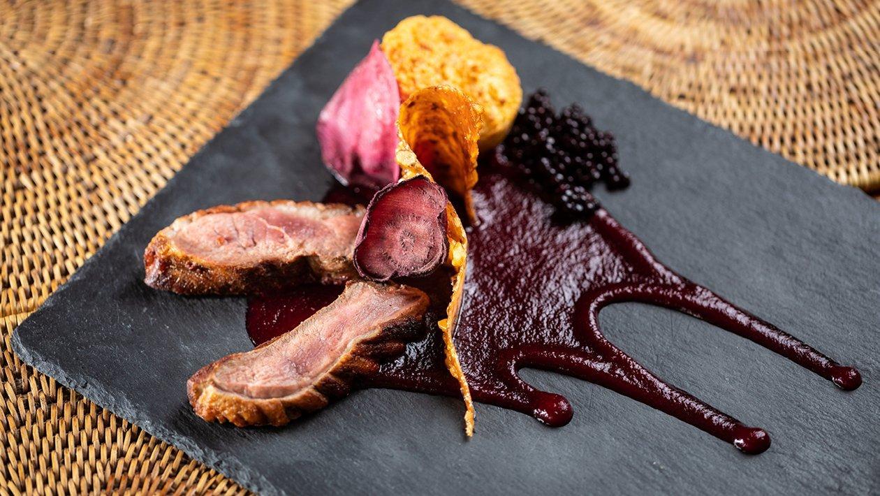 Rozé kacsamell, cékla textúrák, dió tuille, kakukkfüves kölesmuffin