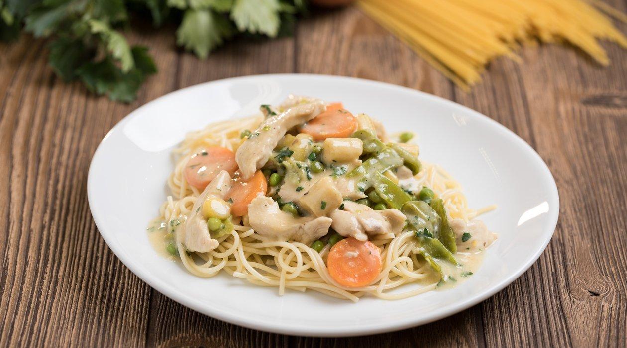 Spagetti csirkés-zöldséges mártással (7-10 éves korcsoport, sómentes alappal)