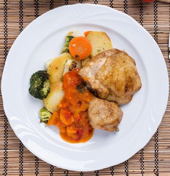Sült csirkecombok tepsiben sült zöldségekkel és peperonata raguval (7-10 éves korcsoport)