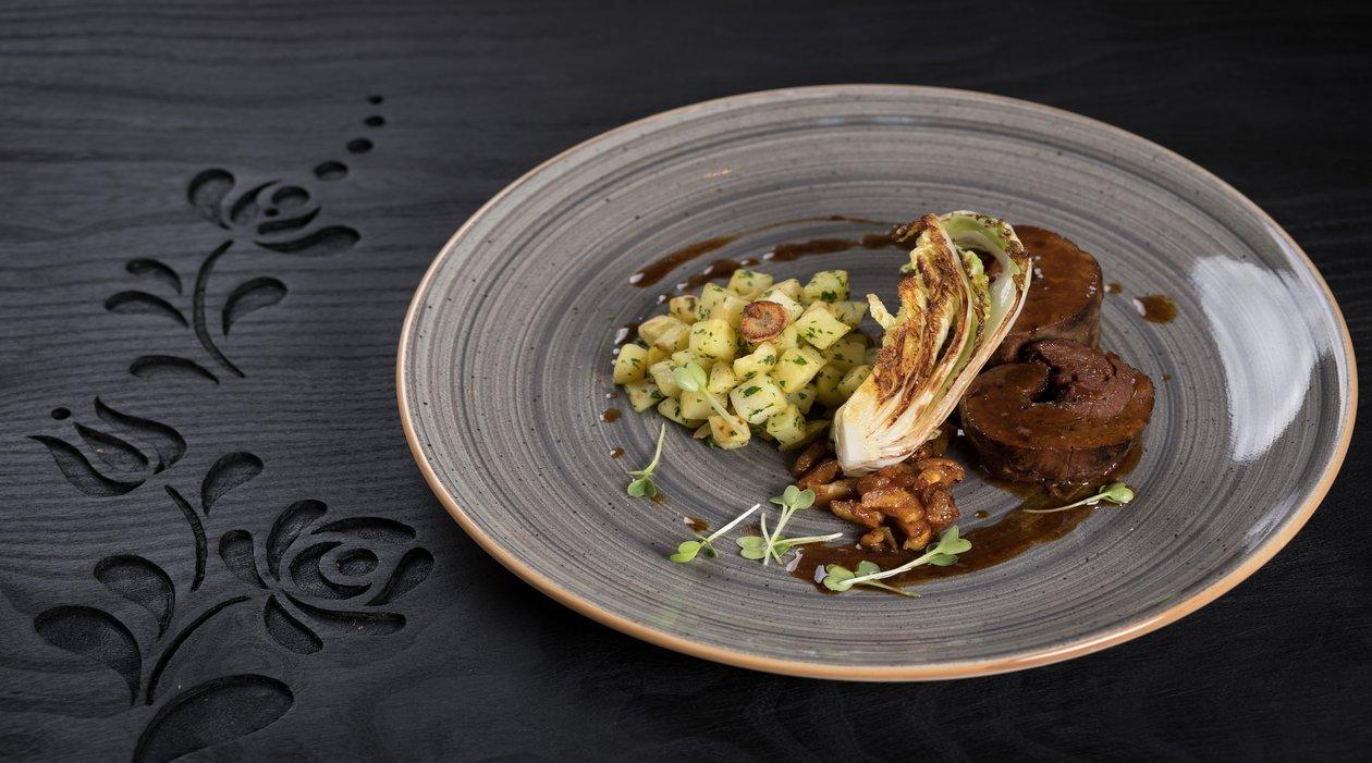 Szójás glace-ban konfitált marhapofa,- oliván pirított kínai kellel, fokhagymás burgonyával  - gesztenyével