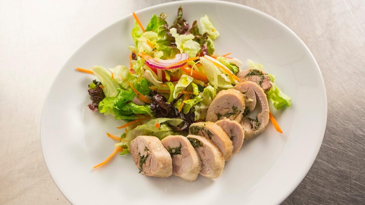 Zöldfűszeres csirkecomb filé salátákkal