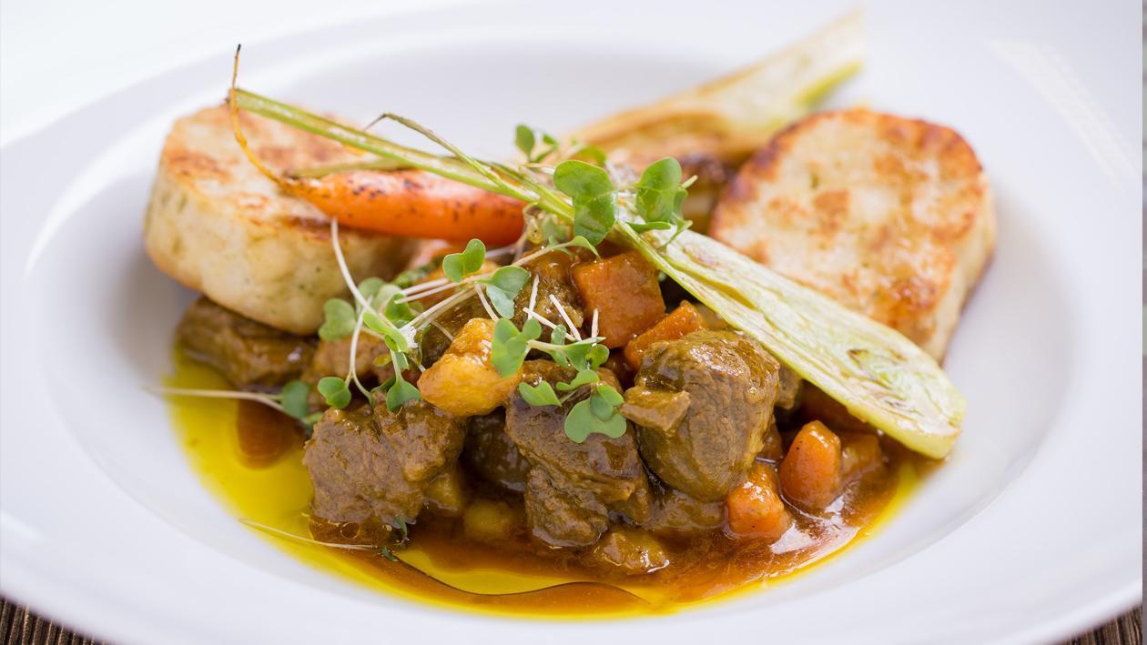 Zöldséges curry-s szarvasragu, pirított szalvétagombóccal
