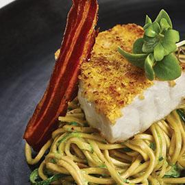 Branzino in crosta di patate e corn flakes su noodles alla carbonara di wasabi