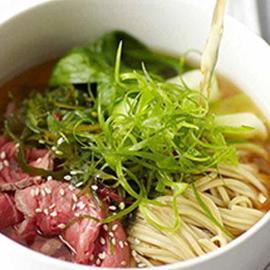 Brodo con tonno essiccato noodles di soba, cavolo cinese e cipollotti