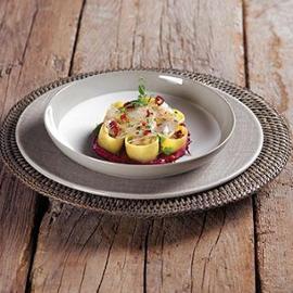 Calamarata con aglio, olio e peperoncino su carpaccio di spigola e coulis di rape rosse