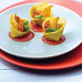 Cappellacci ripieni con ricotta, fiori di zucca, pancetta disidratata su coulis di pomodoro e origano