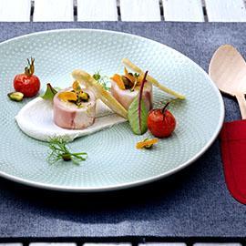 Crema di stracciatella di bufala con pomodorini canditi, cialde di pane all'origano e terrina di coniglio