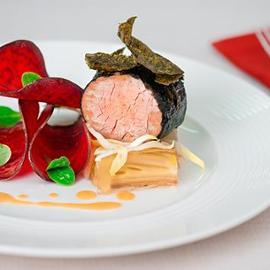 Filetto di maiale in crosta di alga nori con terrina di indivia belga