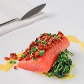 Filetto di salmone in crosta di bacche di goji con crema di datterino giallo e nido di cicorielle all'aglio