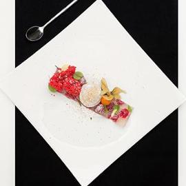 Gelatina al limoncello, lamponi e menta con mousse alla fava di tonka e sponge cake ai frutti di bosco