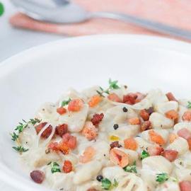 Gnocchi di patate con salsa besciamella, guanciale e pepe