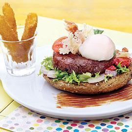 """Hamburger di """"Chianina"""" con uovo semi-uovo, pecorino e polenta croccante"""