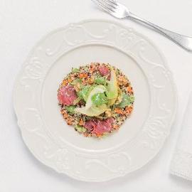 Insalata di Quinoa con pere, sedano e noci con carpaccio di carne salata