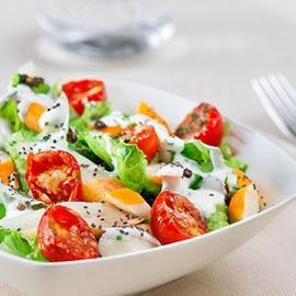 Insalatina croccante di lattuga, polpa di granchio, dressing allo yogurt greco e semi di chia