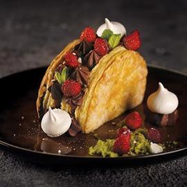 Mezzaluna dolce di mousse al cioccolato, fragoline e panna