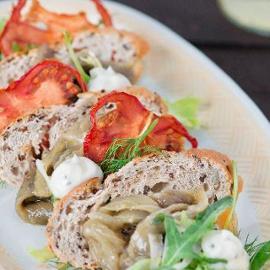 Millefoglie di pane ai semi essiccato con caviale di melanzane e maionese al basilico