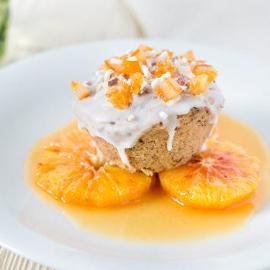 Mini-cake alle nocciole con topping crunchy bianco, zucchero in granella e arancia