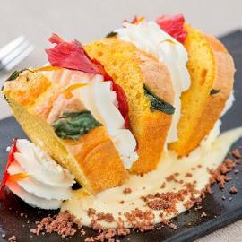 Pan di spagna alla curcuma e basilico, panna alla vaniglia e croccante ai frutti di bosco