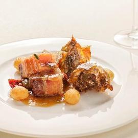 Pancetta di maiale stufato con cuore di carciofo alla giudia, patate novelle e pomodori secchi
