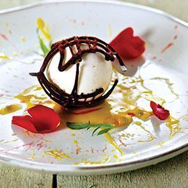 Panna Cotta al peperoncino e cioccolato croccante su purea di frutto della passione