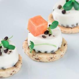 Pannacotta salata al pepe di sichuan, con biscotto ai semi e cubi di papaya