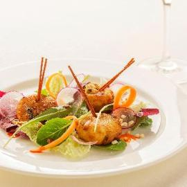Polpettine di patatee alici con frutta secca su insalatina di radicchio misto e carote