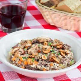 Quinoa con straccetti di manzo al vino rosso, funghi champignon e nocciole croccanti