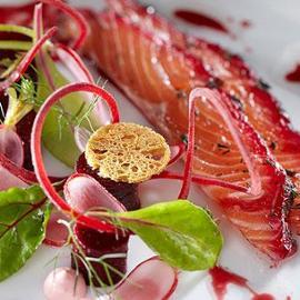 Salmone marinato con barbabietole e aneto