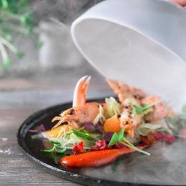 Scampi al ghiaccio affumicati con marmellata di peperoni e pepe sichuan, finocchio a veli agli agrumi