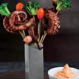 Stecchi di polpo arrostito al timo ed aglio con crema acida al peperone e broccoletti all'acciuga