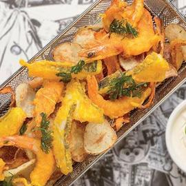 Street Food: New fish and chips: Calamari, baccalà e gamberi in Tempura alla curcuma, patate e carote chips con dressing Caesar Hellmann's