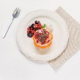 Torta al mandarino e cioccolato fondente con cannella e salsa ai frutti di bosco