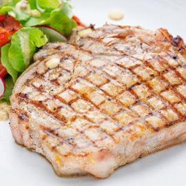 Trancio di pesce spada marinato al basilico e zenzero con insalatina di cipollotti ed asparagi alla griglia