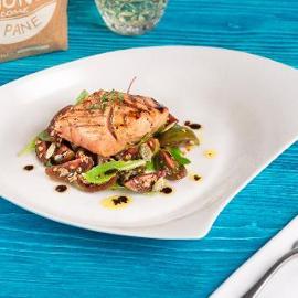 Trancio di salmone marinato alla salsa caesar e aneto con salsa di soia, semi di zucca ed insalatina di pomodori verdi