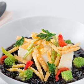 Zuppetta di ceci neri con merluzzo cotto in vasocottura, cavolo romanesco e tria fritta