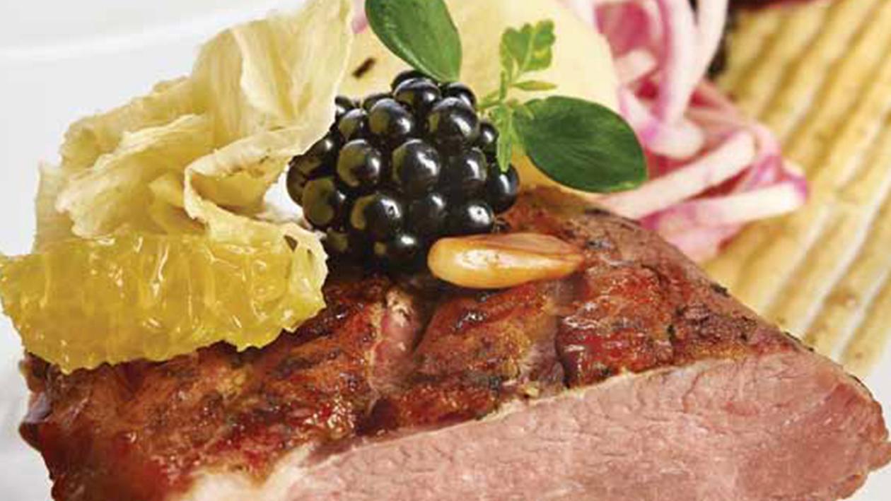 Anatra affumicata alla liquirizia con insalata di barbabietole, germogli di spinaci e arancia – Ricetta