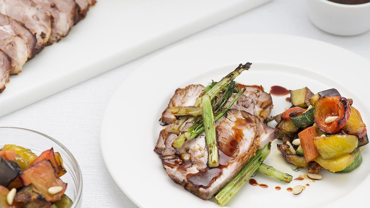 Arrosto di maiale alla senape e miele, finocchio selvatico su caponata di verdure e salsa al vino cotto  – Ricetta