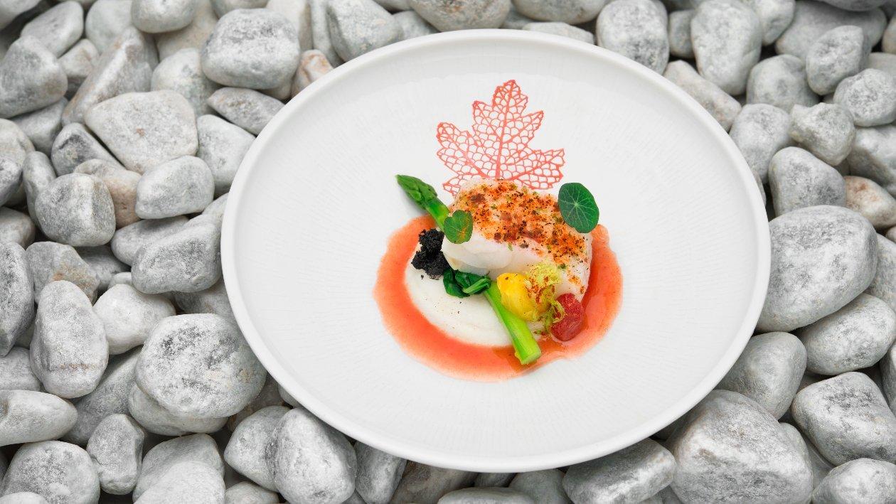 #Baccalà Baccalà al vapore all'Ibisco con il suo infuso con polentina di mais bianco, pomodorini agrumati e asparagi verdi – Ricetta