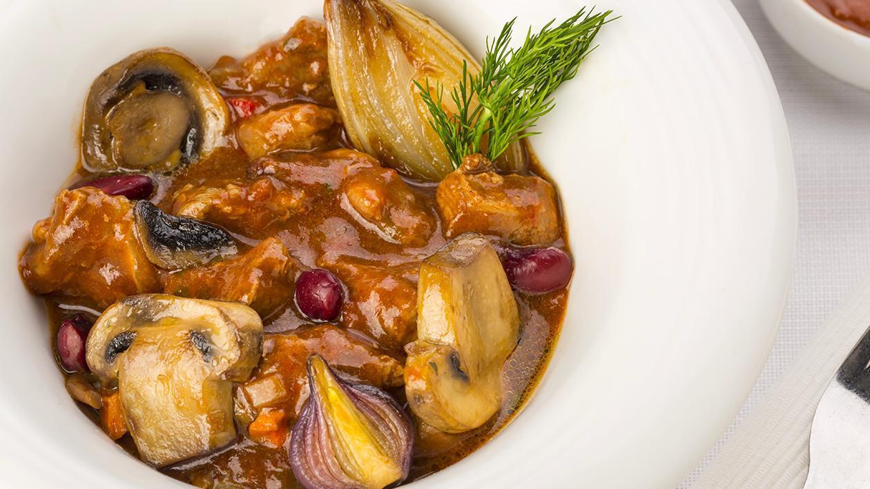 Bocconcini di manzo, cipollotti, funghi in salsa chili – Ricetta