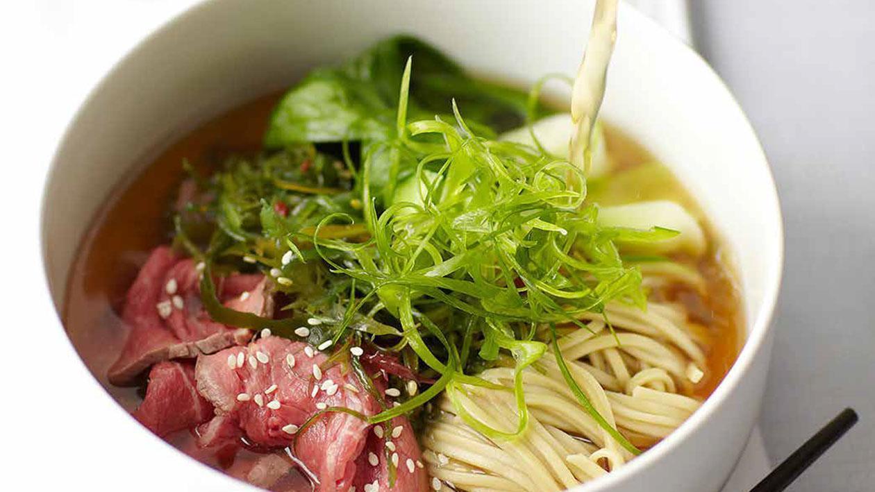 Brodo con tonno essiccato noodles di soba, cavolo cinese e cipollotti – Ricetta