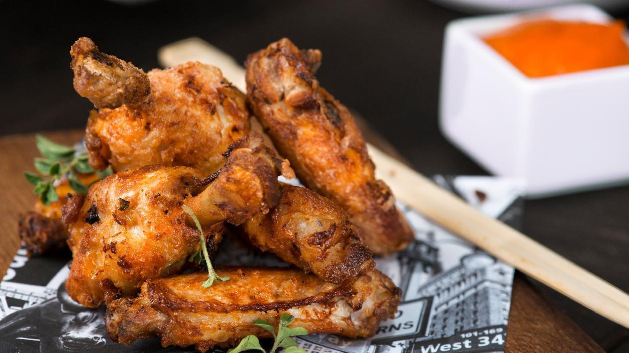 Buffalo wings al peperone e tabasco, yogurt con peperoni cruschi e crispy – Ricetta