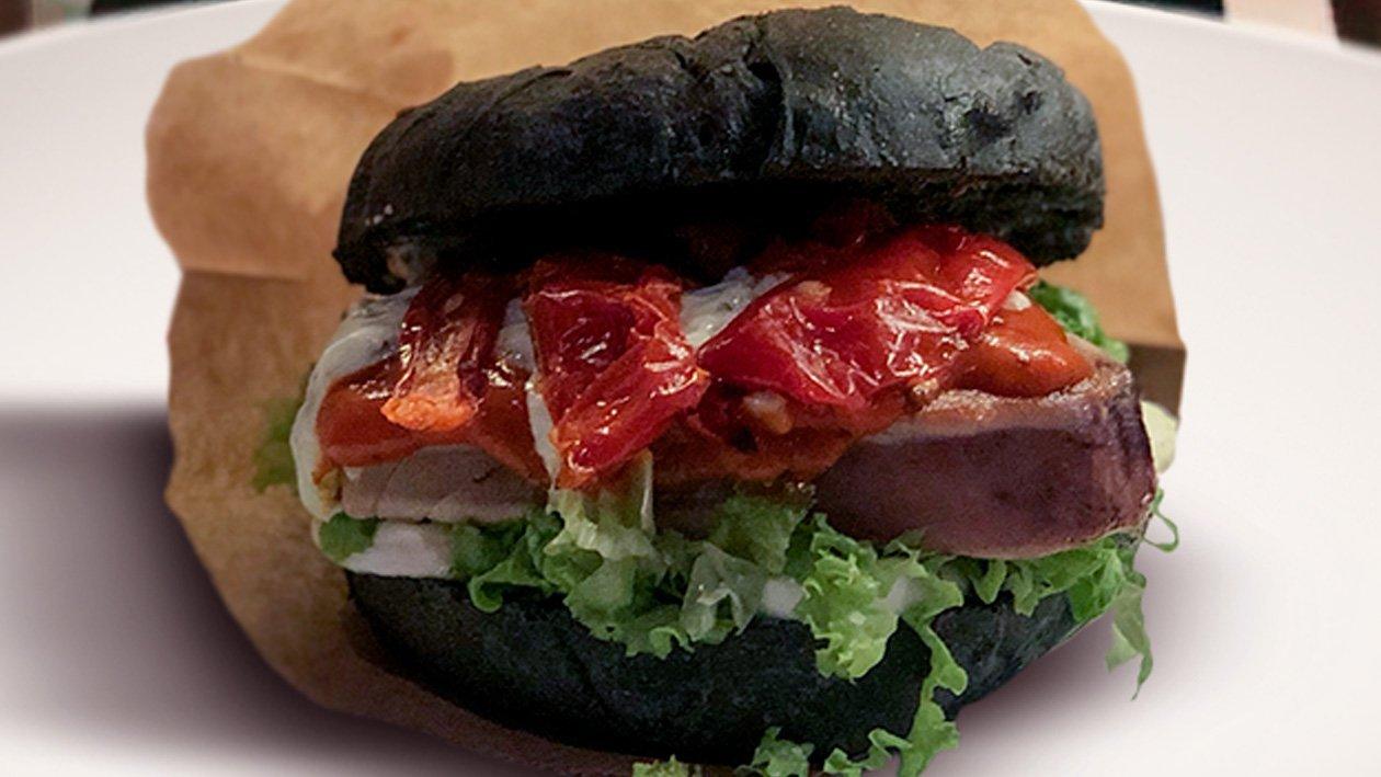 Bur al carbone vegetale con tonno essiccato, maionese al basilico, salsa ai peperoni piccanti e mozzarella di bufala dop – Ricetta