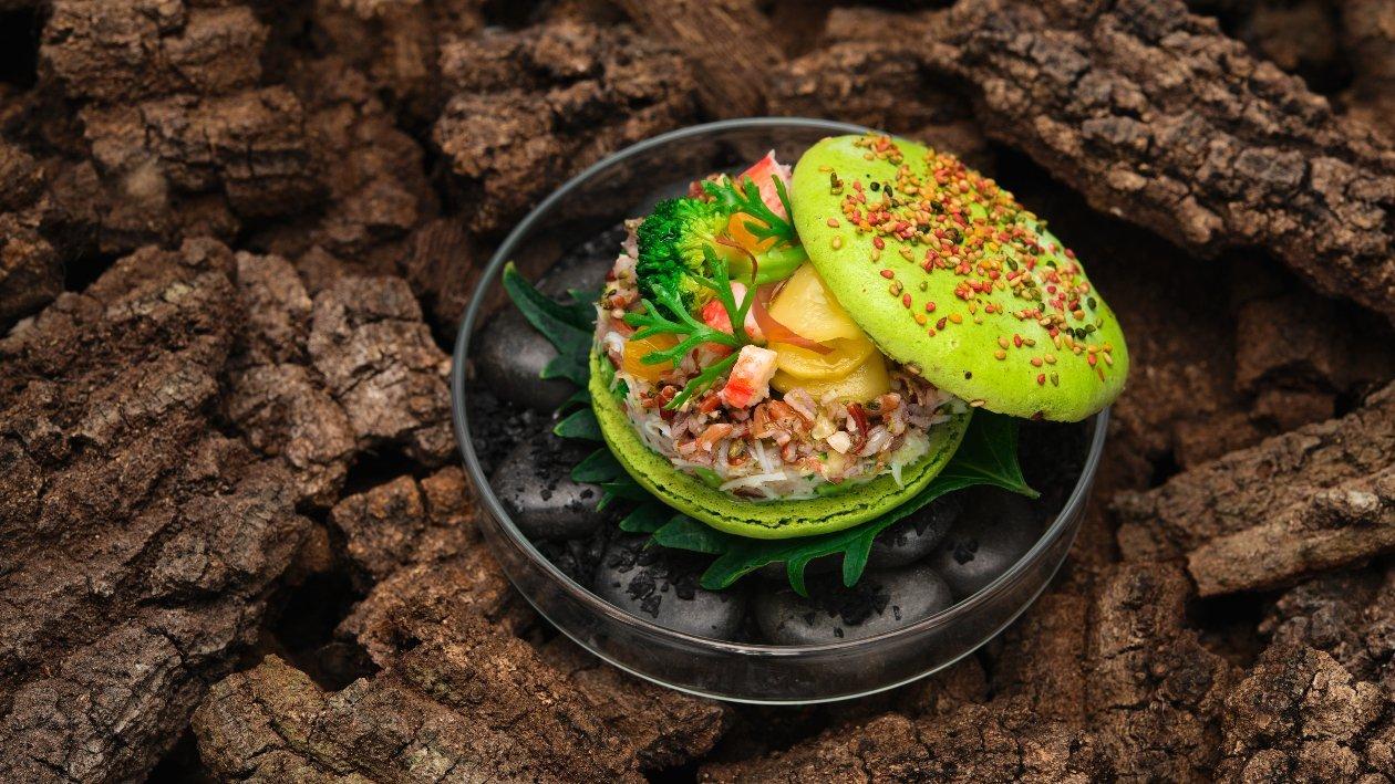"""BURGER """"Macaron"""" salato con granchio artico, riso rosso con broccoli, mandorle, limone, agrumi e cetrioli al curry – Ricetta"""