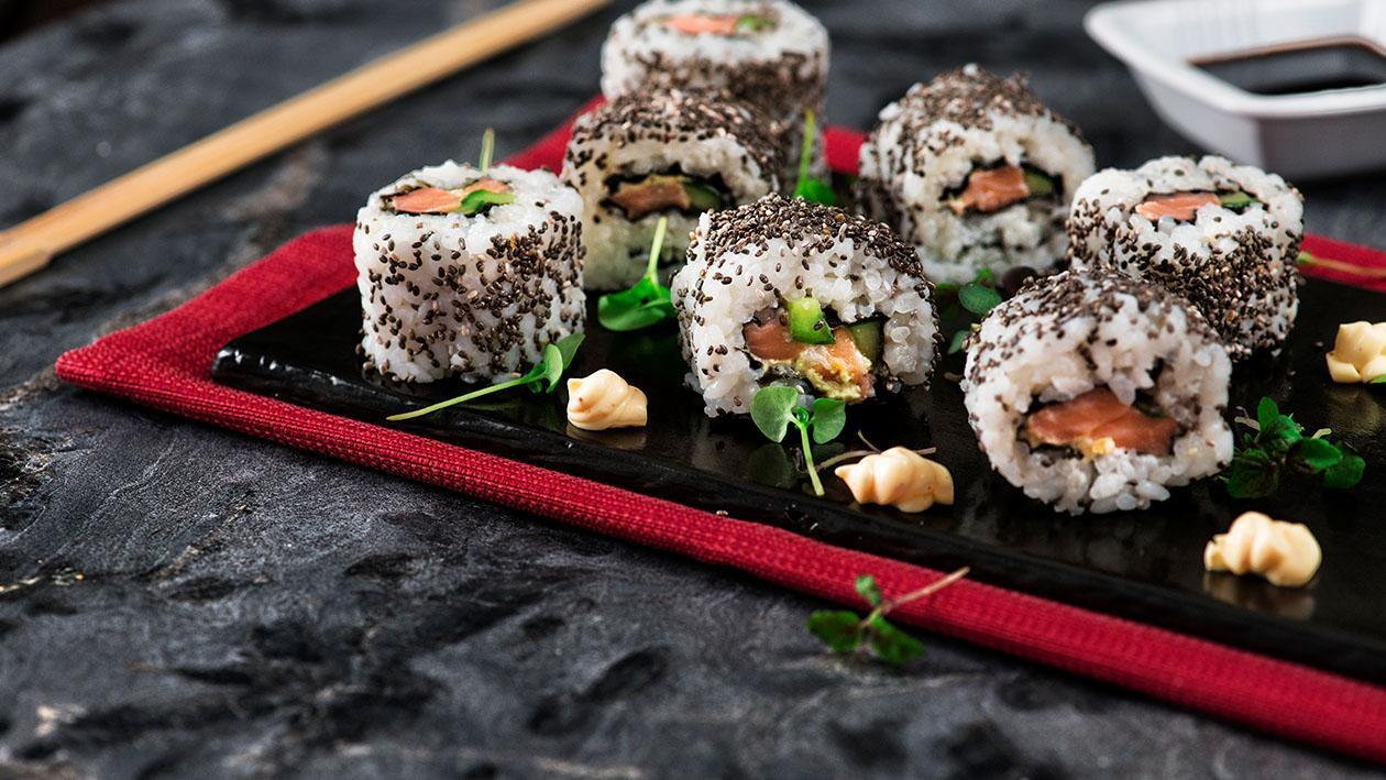 California rolls con salmone, cetriolo e semi di chia e salsa senape e miele – Ricetta