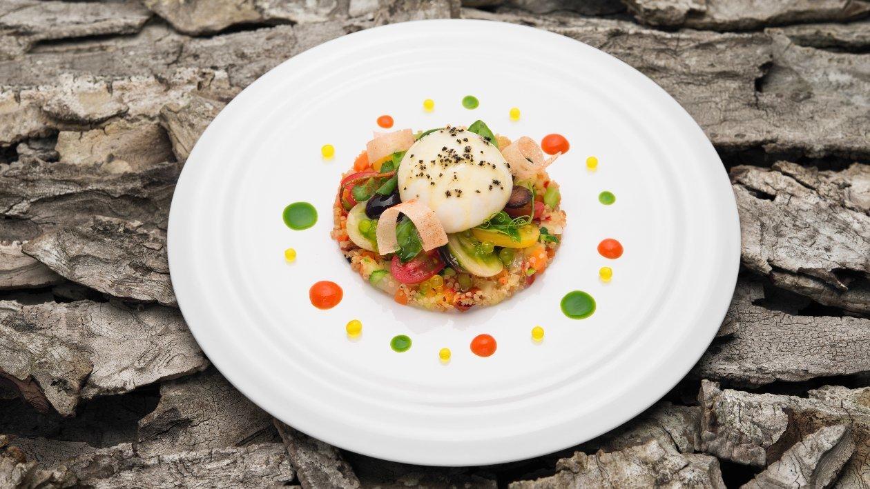 CAPRESE Burratina con quinoa alla Mediterranea, pomodoro marinato, olive nere dolci ed emulsione di basilico – Ricetta