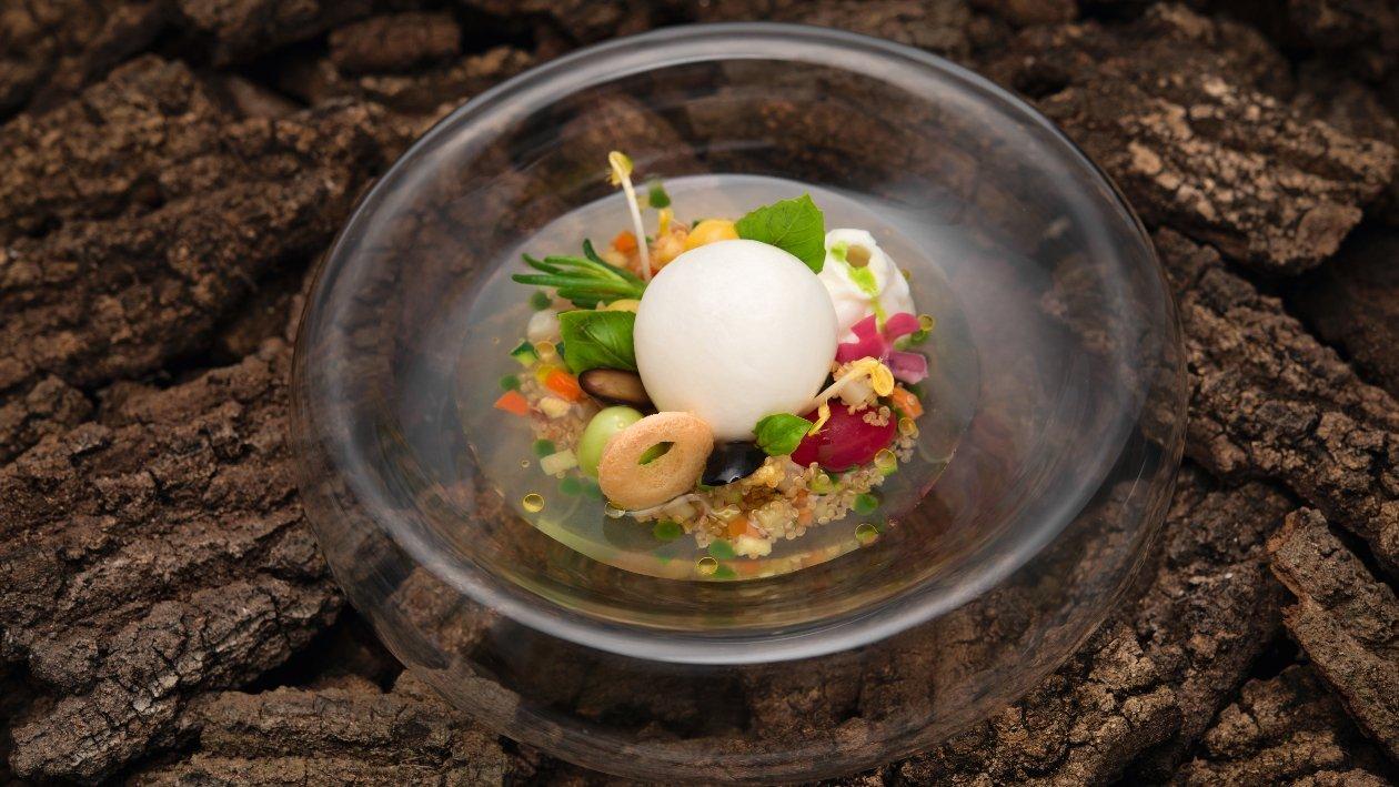 """CAPRESE """"Palloncino"""" di mozzarella soffiata, quinoa alla mediterranea con acqua di pomodoro ed emulsione al basilico – Ricetta"""