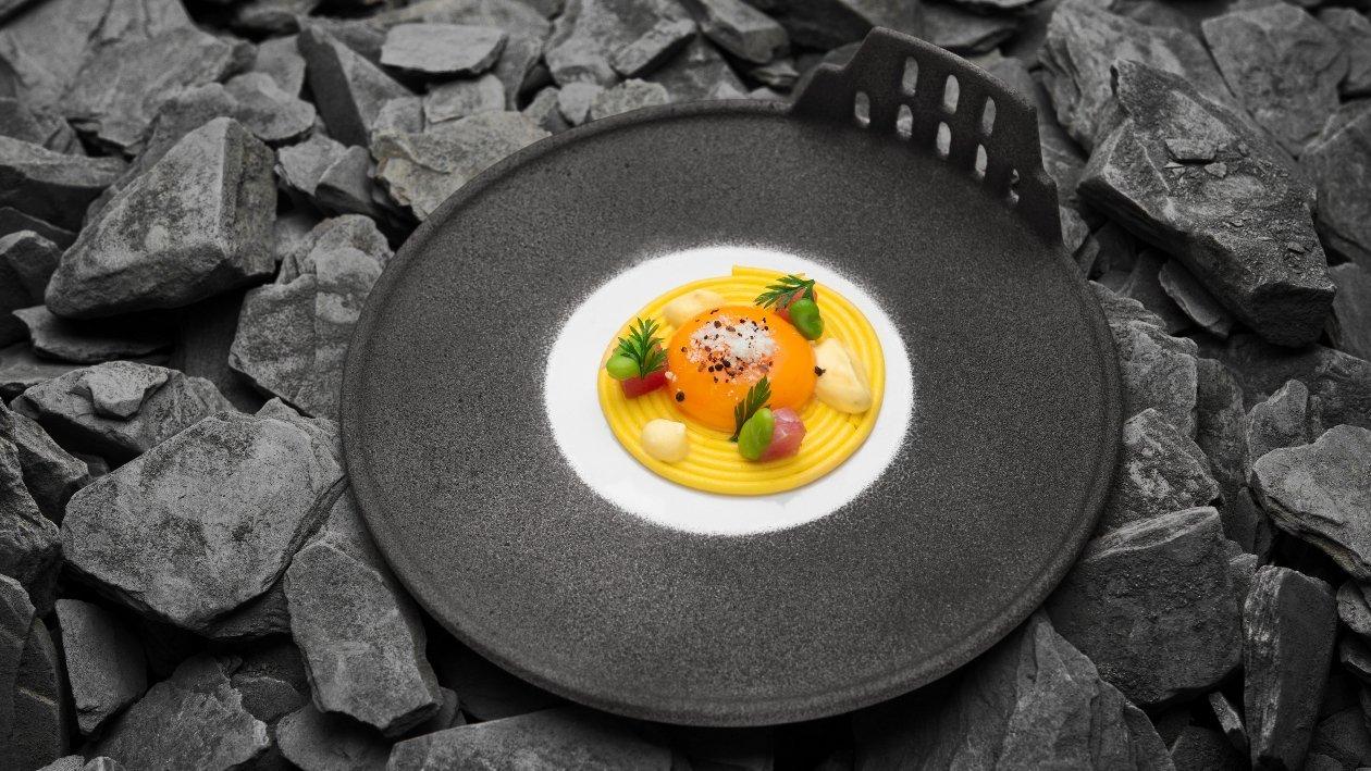 #Carbonara Bucatino marinato allo zafferano, tuorlo d'uovo al pepe affumicato, Tonno rosso, Guanciale croccante e fave novelle – Ricetta