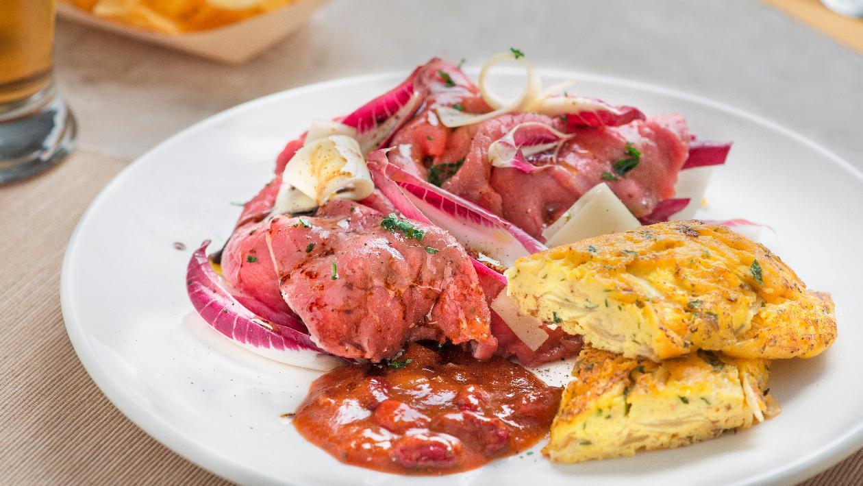 Carne salada con radicchio e balsamico, omelette in salsa Chili – Ricetta