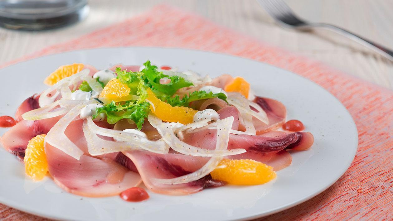 Carpaccio di pesce spada affumicato con maionese all'aneto e dressing al pomodoro – Ricetta