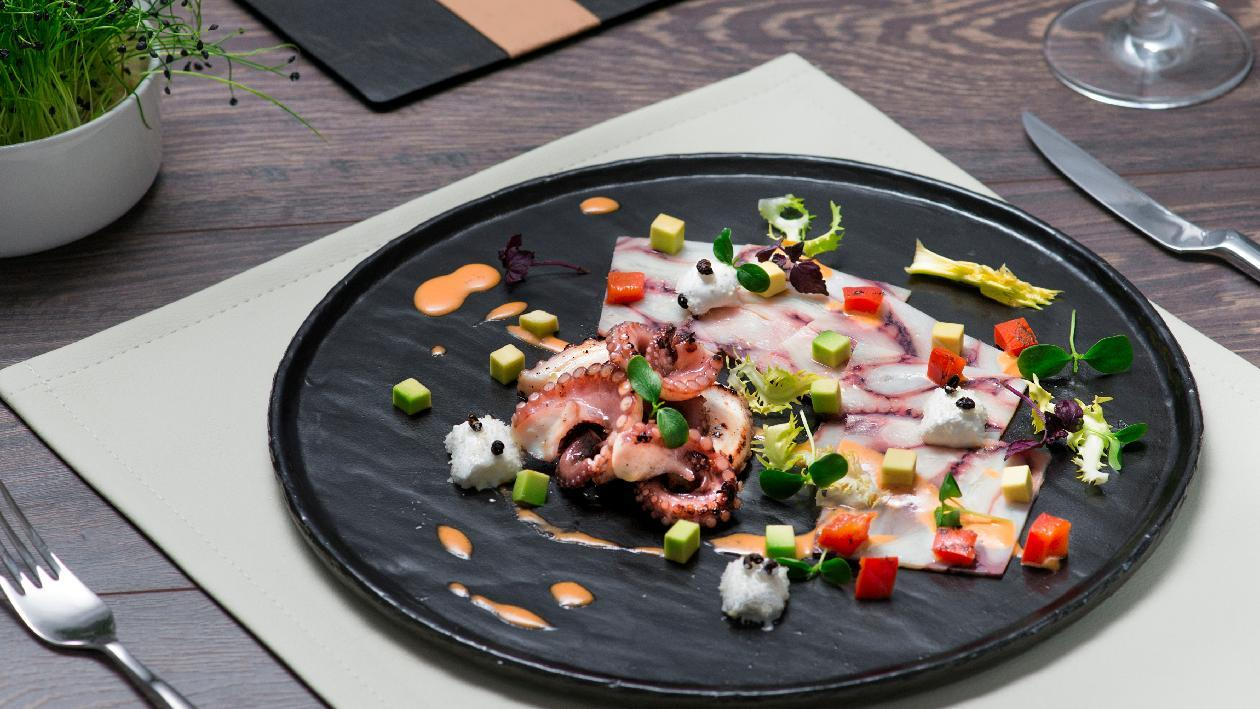 Carpaccio di polpo cotto a bassa temperatura, dressing al peperone, marshmallows di caciocavallo e avocado – Ricetta
